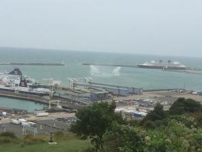 Zwei Hafenboote haben einen Wasserkampf